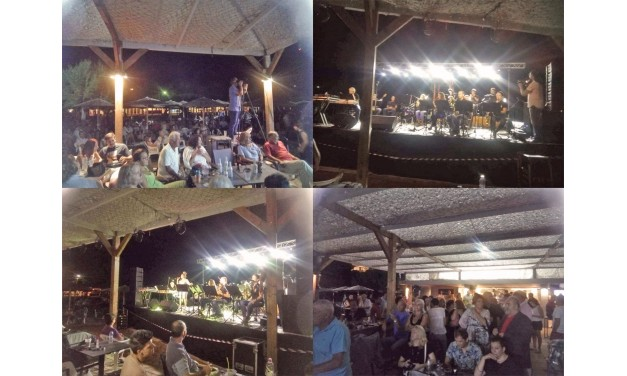 """Το μουσικό συγκρότημα """"MESOGEA BIG BAND"""", ενθουσίασε το κοινό, στην Δημοτική Πλαζ Αυλακίου."""