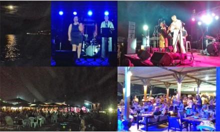 Μοναδικό live του Δημήτρη Βασιλάκη στο ειδυλλιακό παραθαλάσσιο σκηνικό της Δημοτικής Πλαζ στο Αυλάκι, κάτω από την Αυγουστιάτικη Πανσέληνο!